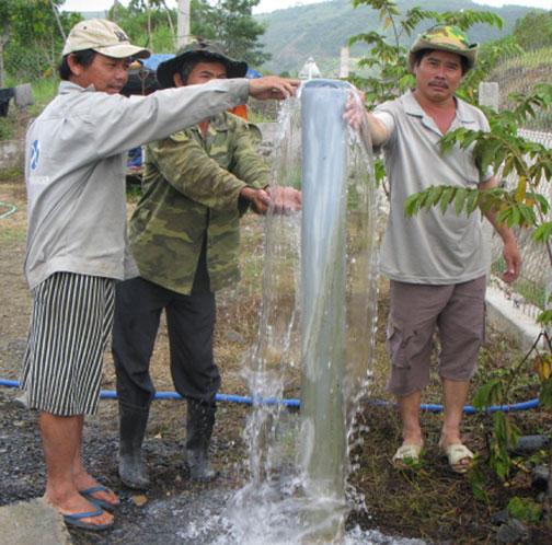 Người dân thích thú với giếng nước tự phun thành cột cao