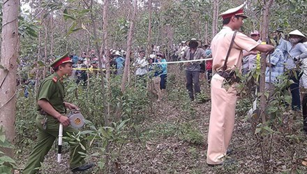 Cơ quan chức năng khám nghiệm hiện trường vụ giết nữ sinh trong rừng