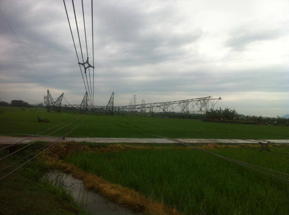 Cột điện đường dây 500 KV đổ