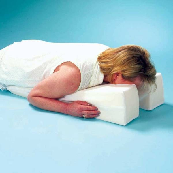 gối úp mặt cho người đau lưng