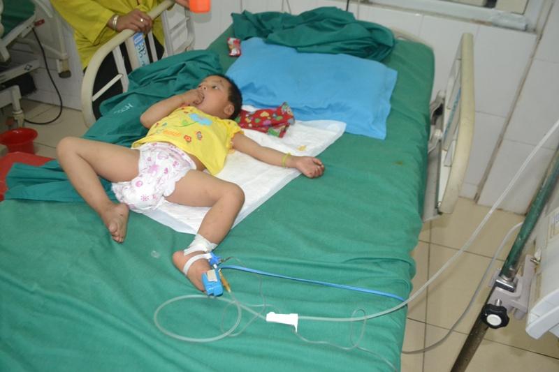 Hà Giang: Kinh hoàng bé gái 3 tuổi bị đạn lạc bắn xuyên đầu