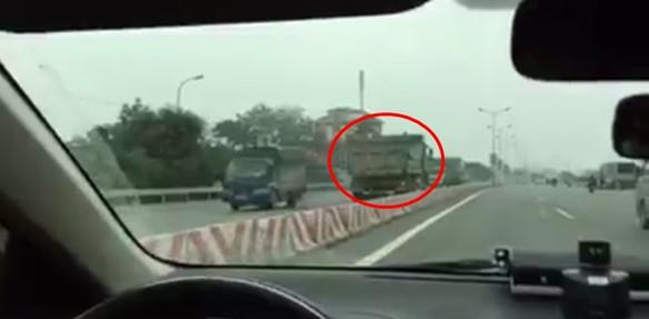 Hà Nội: Truy tìm đối tượng đi ngược chiều trên Quốc lộ