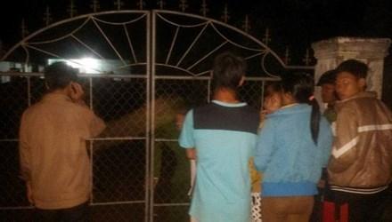 Trước cổng ngôi nhà nơi phát hiện sự việc