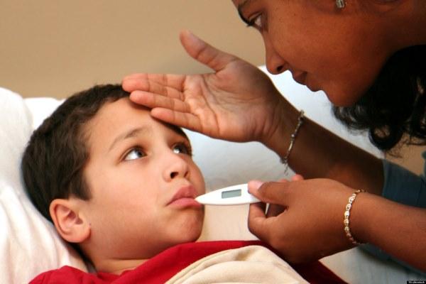 Sai lầm khi hạ sốt cho trẻ có thể khiến trẻ bệnh nặng hơn, thậm chí tử vong
