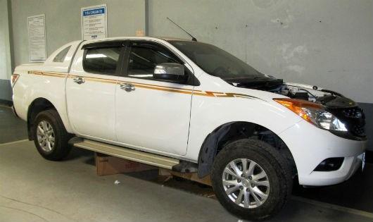 Chiếc xe Mazda BT 50 của ông Thông đang nằm ở xưởng, chờ tòa án phân xử bảo hành. Ảnh: pháp luật Việt Nam