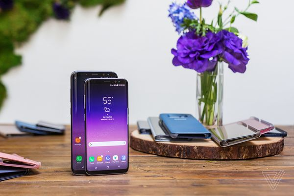 Nút Home vật lý đã được loại bỏ để tận dụng tối đa không gian mặt trước cho người dùng trải nghiệm. Bằng cách này, Samsung Galaxy S8 và S8+ có kích thước thân máy gọn hơn những thiết bị khác có cùng kích thước màn hình