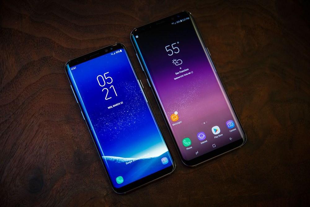 Bộ đôi Samsung Galaxy S8 và Samsung Galaxy S8+ lên kệ với các màu đen, xám, bạc, xanh và vàng. Cả 2 sẽ lên kệ tại Mỹ vào ngày 21/4 và châu Âu ngày 28/4. S8 có giá 809 euro, S8+ là 909 euro