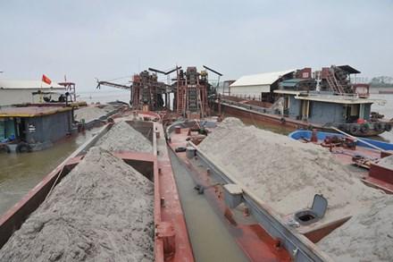 Tàu khai thác cát trái phép trên sông Hồng bị lực lượng chức năng bắt quả tang. Ảnh: Tiền phong