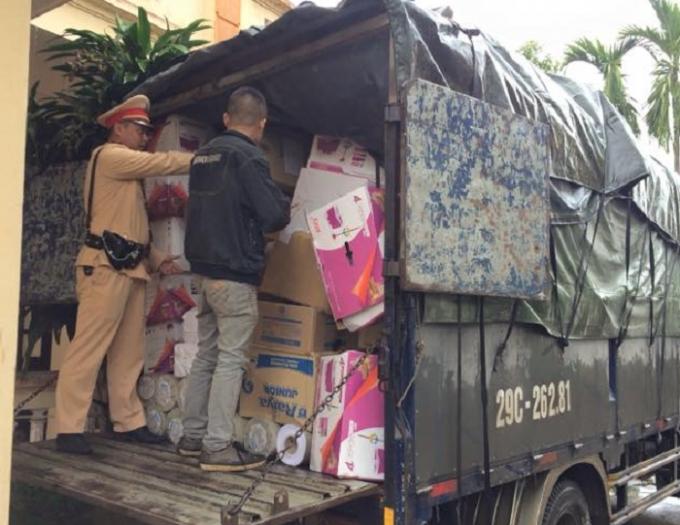 xe ô tô tải BKS 29C-262.81 đang dừng đỗ trả hàng hoá sai quy định