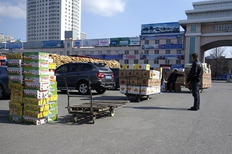 Hàng Trung Quốc xếp tại cửa khẩu, trước khi được đưa vào Triều Tiên