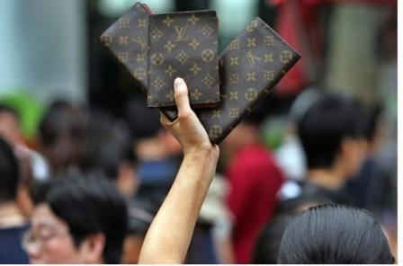 """Là thương hiệu thời trang nổi tiếng nhất hiện nay nên chẳng có gì lạ khi Louis Vuitton bị nhái nhiều nhất. Theo ước tính, có đến 99% sản phẩm Louis Vuitton trên thị trường là hàng fake. Mặc dù Louis Vuitton đã áp dụng nhiều giải pháp nhằm ngăn chặn việc bị nhái sản phẩm nhưng thực tế là bạn có thể mua các thiết kế của Louis Vuitton ở bất kể """"đầu đường xó chợ"""" nào."""