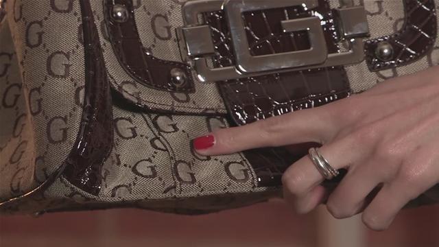Gucci là ông lớn trong ngành thời trang, là thương hiệu thời trang lâu đời với những sản phẩm sang trọng bậc nhất. Chính vì vậy mà nó trở thành đối tượng để những kẻ cơ hội mượn danh kiếm tiền. Việc các thiết kế của mình bị làm giả kém với chất lượng và được mua bán công khai đang khiến các ông chủ đau đầu.