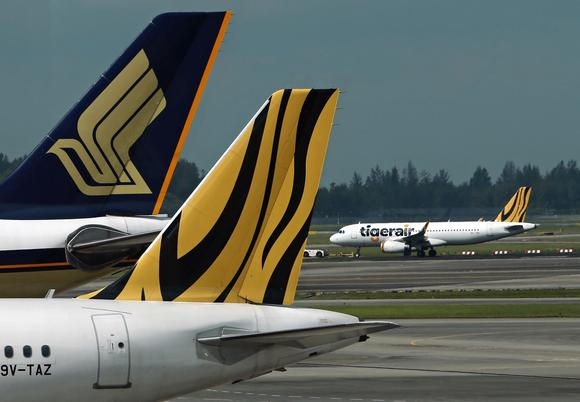 Máy bay của hàng không giá rẻ Tiger Air đang được kéo trên đường băng tại sân bay Changi ở Singapore
