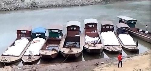 Thuyền tôn tập kết sẵn tại sông Nậm Thi để vận chuyển hàng lậu ở bến Na Mo