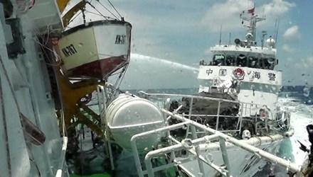 Tàu Trung Quốc hung hăng gây chiến trên biển Đông