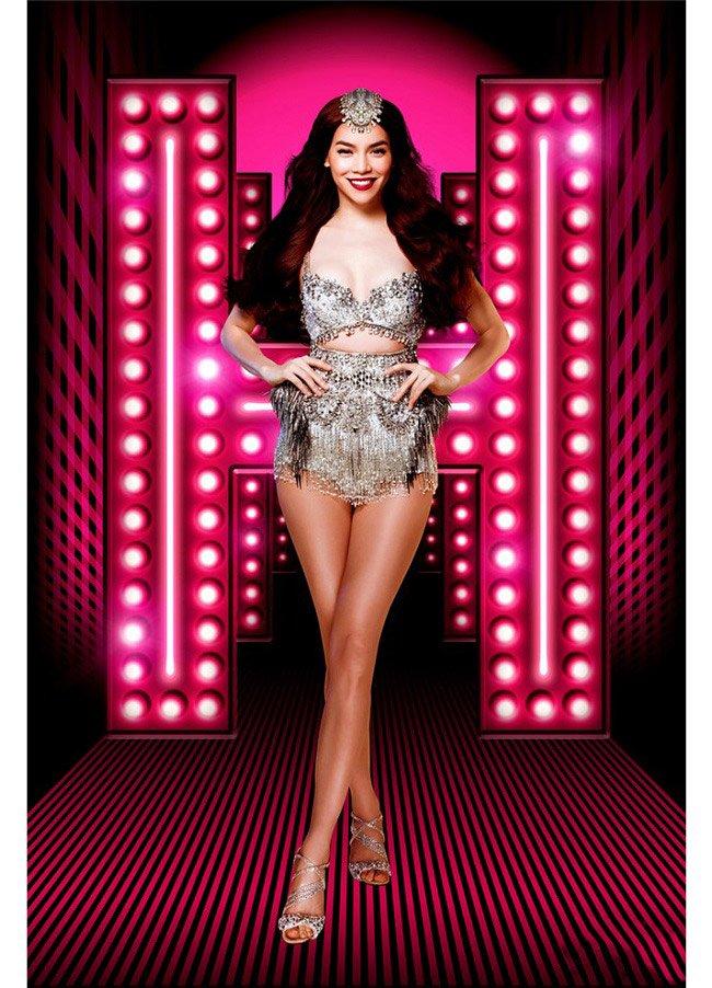 Nữ ca sĩ mặc những mốt siêu sexy lên sân khấu.