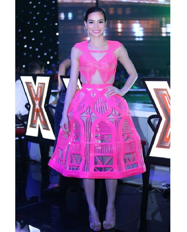 Năm 2014, Hồ Ngọc Hà gây sốc với mốt váy nhựa như ''nơm cá'' khi đi chấm thi X- Factor.