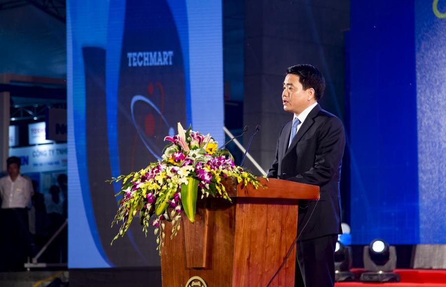 """Chủ tịch UBND TP Hà Nội Nguyễn Đức Chung khẳng định """"Techmart 2016 sẽ là cầu nối gắn kết hoạt động nghiên cứu khoa học với sản xuất kinh doanh, tận dụng tiềm năng, thế mạnh của KHCN phục vụ phát triển kinh tế xã hội của Thủ đô""""."""
