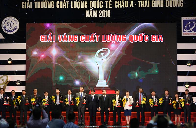 Thủ tướng tặng Giải thưởng Chất lượng Quốc gia năm 2016 cho DN - ảnh 11