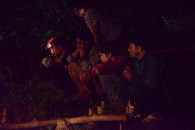 Xinh (thứ 2 bên phải sang) cùng người thân ngóng chờ tin tức từ phía cửa hầm, nơi anh trai cậu gặp nạn trong vụ sập hầm mỏ