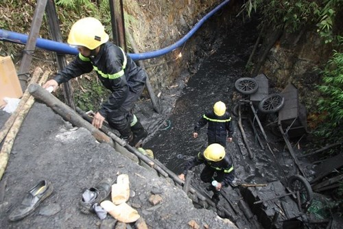 Đến sáng ngày 20/11, lực lượng cứu hộ đang tìm cách tiếp cận nạn nhân bị mắc kẹt trong vụ sập hầm mỏ ở Hòa Bình