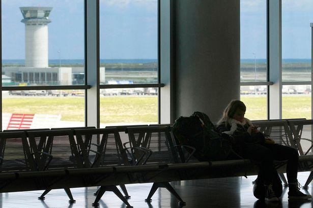 Hai mẹ con người Đức 'lấy sân bay làm nhà' hơn một năm