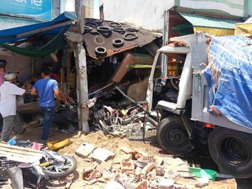 Chiếc xe tải đã được kéo ra ngoài, lộ hiện trường bên trong là cảnh đổ nát, nhiều xe máy bẹp dúm. Trong khi đó, xăng dầu từ chiếc xe đang rò rỉ ra ngoài.