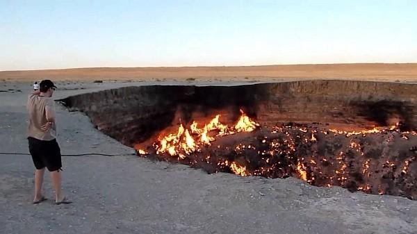Hiện tượng lạ về hố lửa địa ngục cháy không ngừng thu hút rất nhiều du khách