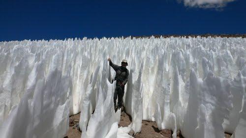 Núi măng tuyết như những ngọn giáo cắm thẳng tạo nên cảnh tượng vô cùng độc đáo