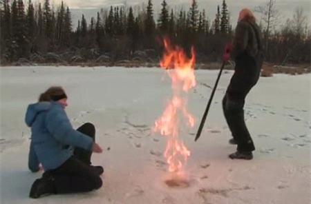 Bong bóng khí Mê tan tạo ra từ hiện tượng bí ẩn này có thể bốc cháy hoặc thậm chí phát nổ