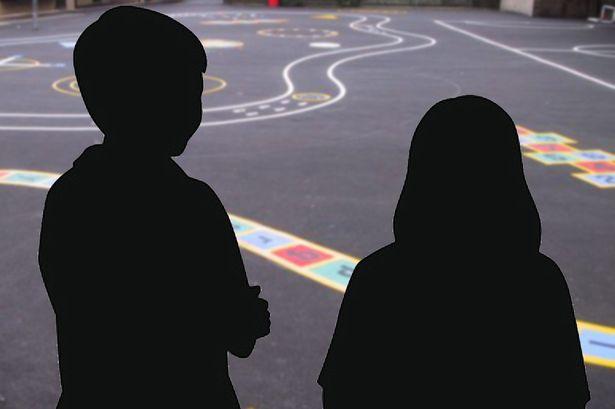 Một bà mẹ đã tố cáo cậu bé 6 tuổi hiếp dâm con gái mình ngay tại trường học. Ảnh Mirror