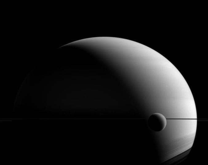 Bức ảnh sao Thổ và Mặt Trăng Titan của nó do tàu vũ trụ Cassini ghi lại từ khoảng cách 1,4 triệu dặm. Ảnh NASA