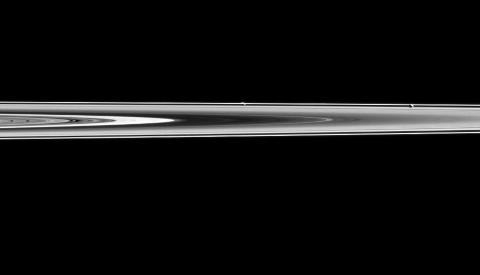 Hai mặt trăng Prometheus và Pandora của sao Thổ gần như vô hình trên vành đai F, do chúng có quỹ đạo đồng nhất với vành đai này của sao Thổ. Ảnh NASA