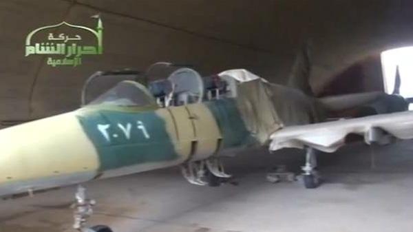 Hình ảnh cắt từ clip đăng tải bởi IS, khoe lực lượng này đã có máy bay chiến đấu