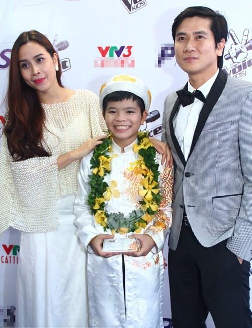 Vợ chồng Hồ Hoài Anh – Lưu Hương Giang bên quán quân Giọng hát Việt nhí mùa đầu tiên Nguyễn Quang Anh