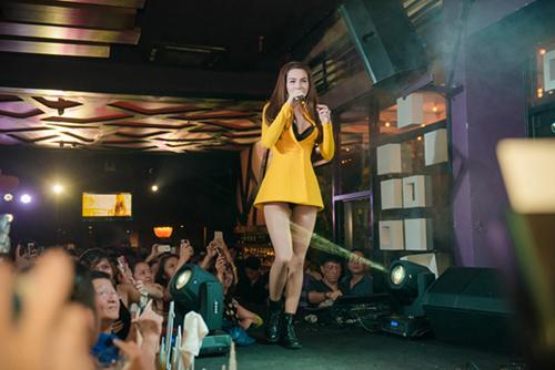 Xuất hiện tại một quán bar ở Thủ đô, chiếc áo khoác vàng