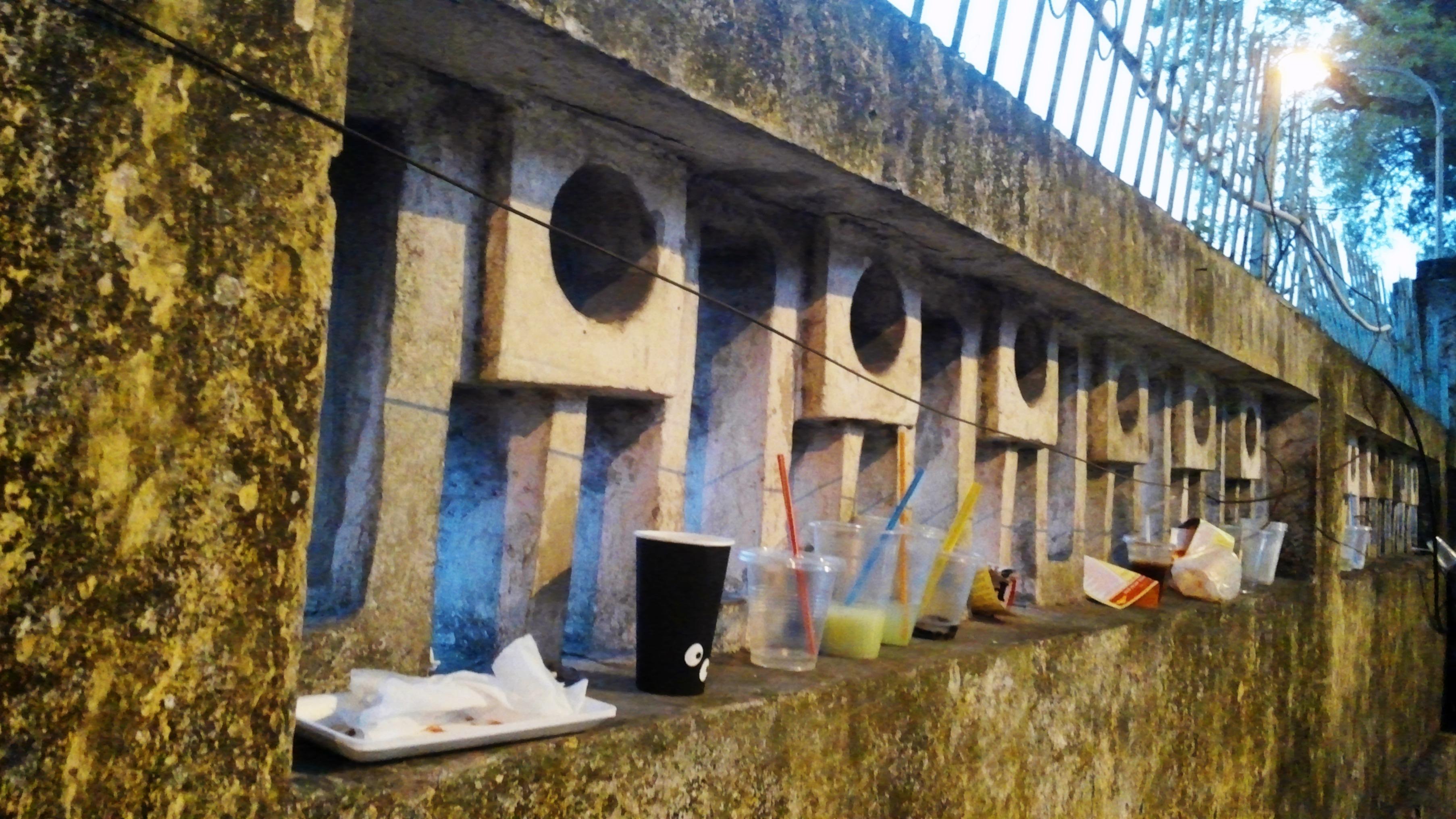 Tường Hoàng thành Thăng Long cũng được 'chiếm dụng' làm nơi để rác. Ảnh Lao Động