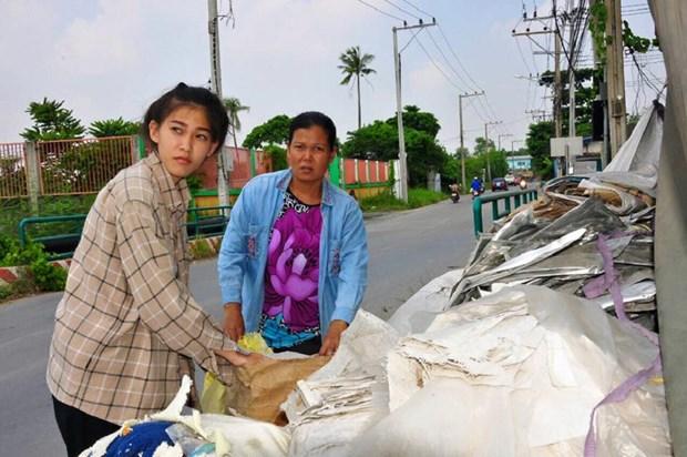 Hiện cô vẫn phụ giúp mẹ công việc phân loại rác mỗi khi rảnh rỗi