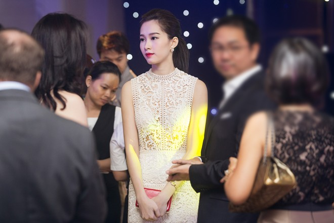 Tham dự sự kiện tối 17/9 tại TPHCM, hoa hậu Đặng Thu Thảo nổi bật với phong cách gợi cảm, đây cũng là lần hiếm hoi người đẹp gốc Bạc Liêu diện váy xuyên thấu.