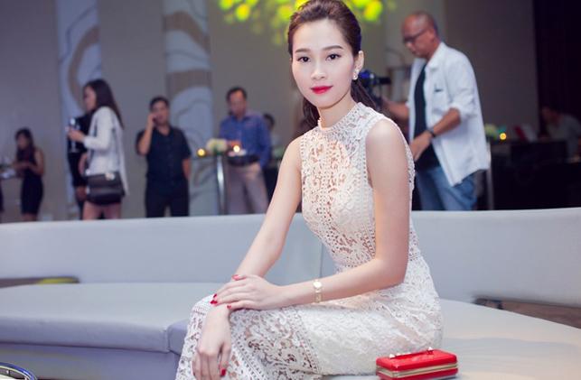 Sau thời gian dài trung thành với phong cách an toàn, hoa hậu Thu Thảo đã mạnh dạn phá cách với những bộ váy trễ vai, cúp ngực...