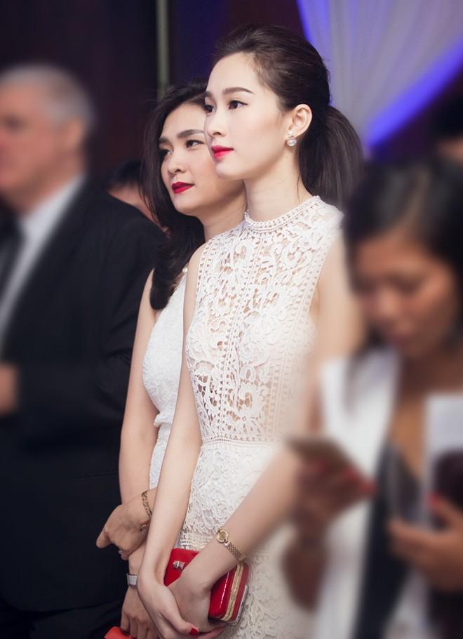 Hoa hậu Việt Nam 2012 vẫn giữ lối trang điểm cuốn hút nhưng trang phục có sự phá cách.