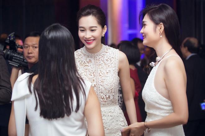 Hoa hậu Thu Thảo trò chuyện với những vị khách trong đêm tiệc.