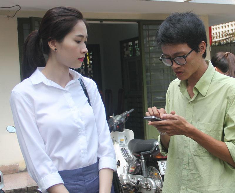 Hoa hậu Đặng Thu Thảo (Hoa hậu Việt Nam 2012) trao đổi về vụ việc với phóng viên báo chí