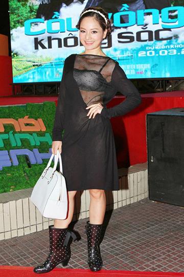 Lan Phương thiếu ăn nhập khi phối trang phục đen chấm bị để lộ nội y với chiếc túi xách 'không liên quan'