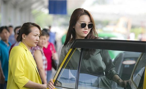 Cũng thời gian này, hoa hậu Việt Nam 2014 Nguyễn Cao Kỳ Duyên còn bị tố có hành vi khiếm nhã trên taxi