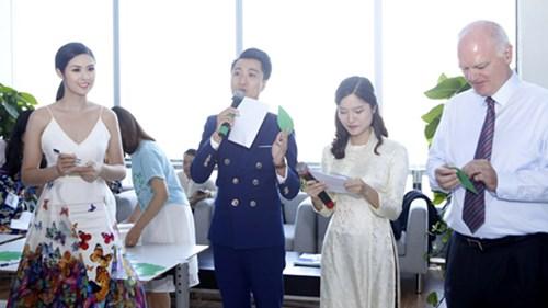 Hoa hậu Ngọc Hân cùng tham gia hoạt động viết thông điệp lên lá cây màu xanh