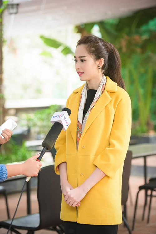 Hoa hậu Thu Thảo thể hiện 'tài sắc vẹn toàn' trong buổi ra mắt sách