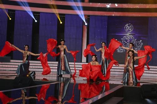 Thí sinh Hoa khôi Áo dài múa dân gian đương đại trên nền ca khúc