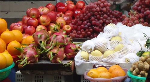 """Có đến 2.000 hóa chất bảo vệ thực vật, bảo quản rau quả được sử dụng nhưng các labo xét nghiệm ở Việt Nam mới chỉ """"đọc tên"""" được hơn 600 loại. Nhiều """"chất lạ"""" trong rau quả được tiêu dùng phổ biến không thể định danh vì thiếu chất thử."""