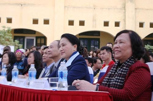 Bộ trưởng Bộ LĐTB&XH Nguyễn Thị Hải Chuyền (ngoài cùng từ phái qua trái), Phó Chủ tịch Quốc hội Nguyễn Thị Kim Ngân (thứ hai từ phải qua trái) cũng lãnh đạo banh ngành và địa phương tham dự lễ trao tặng sữa.